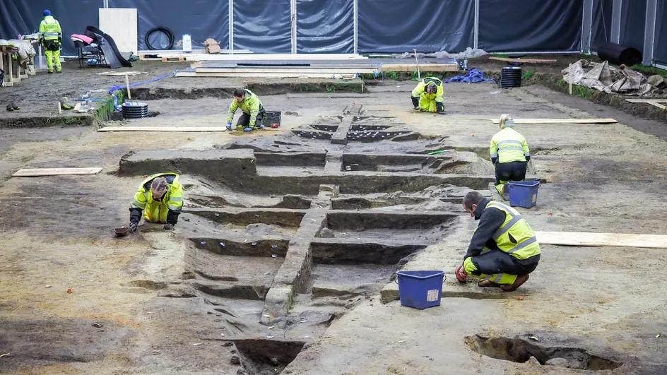 Les archéologues tentant de percer les secrets du bateau-tombe viking enfoui près d'Halden (Norvège), le 9 novembre 2020. (MARGRETHE K. H. HAVGAR / AFP)